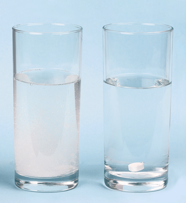 Two glasses of water with respectively, Bio-Magnesium and a rival preparation