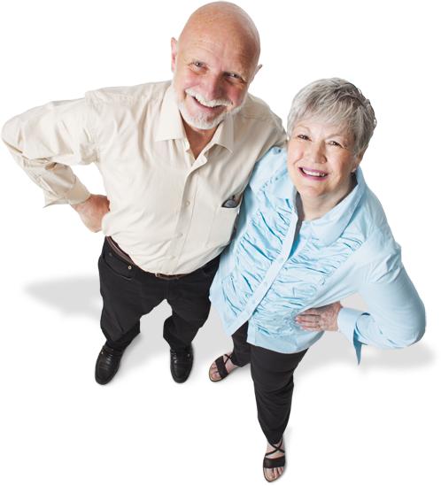 Oudere man en vrouw met handen in hun zij en omhoogkijkend